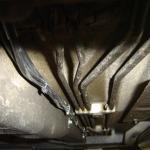 Üzemi cső a gépkocsi alján
